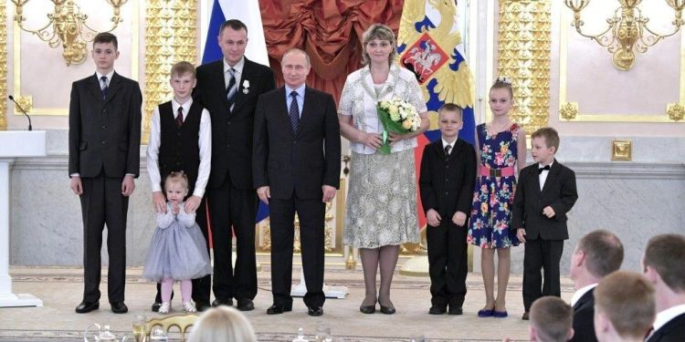 Putin awards JW family