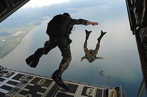 720th_Special_Tactics_Group_airmen_jump_20071003